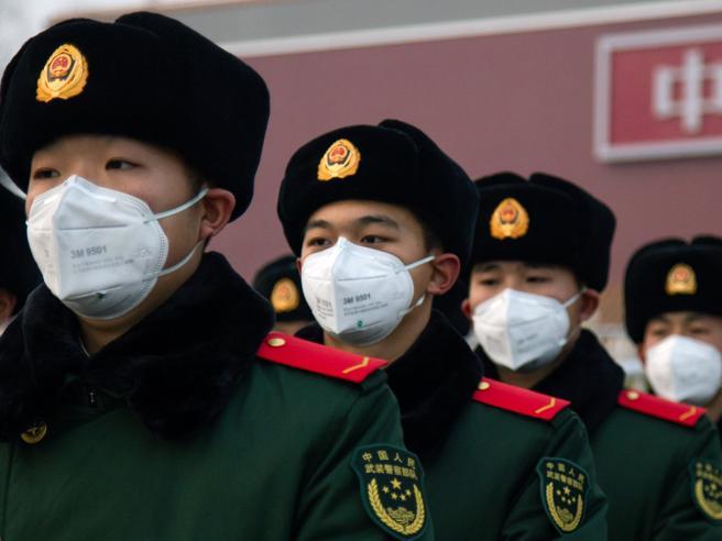 militari con mascherina