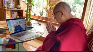 Dalai Lama legge messaggi